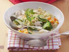 Hähnchen-Nudel-Suppe mit Gemüse ist ein Rezept mit frischen Zutaten aus der Kategorie Hähnchen. Probieren Sie dieses und weitere Rezepte von EAT SMARTER!