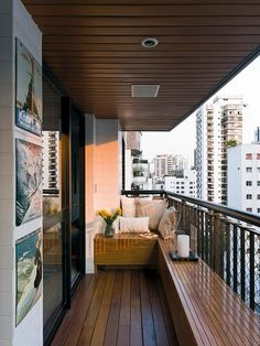 Great little balcony. I assume the benches have storage in them. I want to do this on my balcony.