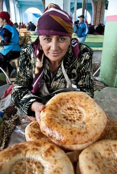 Non or Patyr Vender, Samarkand, Uzbekistan Traditional Market, World Market, World Recipes, Central Asia, International Recipes, Places Around The World, People Around The World, Food Truck, Silk Road