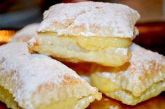 Gli sporcamuss sono dei quadratini di pasta sfoglia ripieni di crema pasticcera e ricoperti da una spolverata di zucchero a velo.