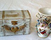 Boîte à bijoux en bois léger peint avec une peinture bleu trianon et dorure et poudre d'or, vernie avec un vernis spécial art et tableaux
