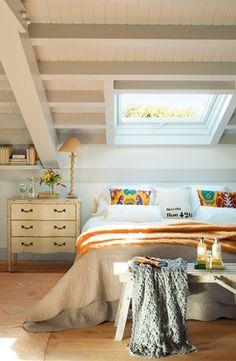 Dormitorio en un estilo clsico con baldosas hidrulicas y vigas de