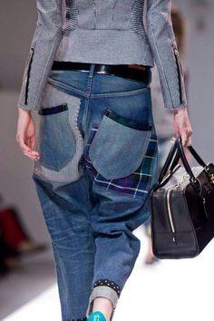 Jean un peu large mais belle association de tissus sobre mais efficace. Le jean gagne à être un peu raide. Petit sac de voyage, beau volume avec anses suffisamment grandes. Veste courte et près du corps, détail des fermetures éclairs sur les bras intéressant.