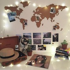 Idea para los viajeros y/o soñadores: Recrea el mapamundi con cartón y coloca fotos de los lugares que hayas visitado o quieras conocer.