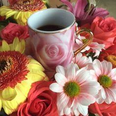 Café fleuri- Happy! #fleur #flowers #flowerstagram #cafe #coffeeandseasons #coffeelover #espresso #coffeegram #cup