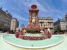 C'est couvert de 9000 roses qu'elle est parée pour le festival mondial