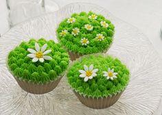 Cupcake: Konfirmasjon til helgen? Se to ulike måter å dekorere cupcakes til denne spesielle dagen - Creative Cakes AS Desserts, Food, Tailgate Desserts, Deserts, Eten, Postres, Dessert, Meals, Plated Desserts