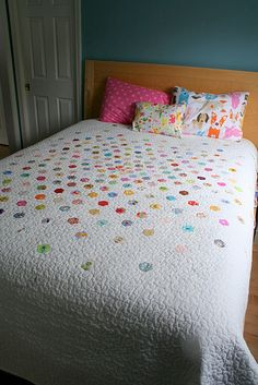 In love with this hexagon 'I spy' quilt by Indigo Mouse. Now I know how to get around my husbands request for a hexagon quilt. Quilting Projects, Quilting Designs, Quilting Ideas, Hand Quilting, Machine Quilting, Hexagon Quilting, Crazy Quilting, I Spy Quilt, Circle Quilts
