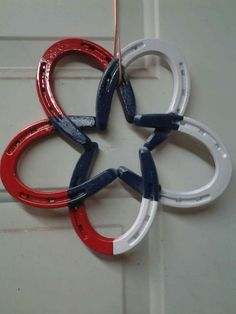 top-18-patriot-holiday-wreath-designs-easy-july-4th-interior-party-decor-project (7) Horse Shoes Crafts, Horse Shoes Decor, Shoe Crafts, Diy Crafts, Adult Crafts, Horseshoe Ideas, Lucky Horseshoe, Horseshoe Wreath, Horseshoe Art