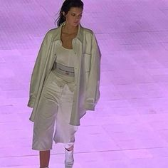 people: Kendall Jenner Shows Shocking Hair with Blonde at London Fashion Week 2019 Couture Fashion, Runway Fashion, Fashion Models, High Fashion, Fashion Show, Fashion Design, Modern Fashion, London Fashion, Minimalist Fashion
