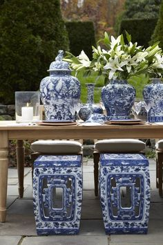 These blue and white garden design ideas are gorgeous! I really love the blue and white ginger jars used as garden decor in the yard. This is one of my favorite flower garden color schemes! Blue And White China, Blue China, Chinoiserie Chic, Garden Seating, White Gardens, Small Gardens, Ginger Jars, Decoration Table, White Decor
