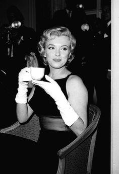 Ravageuses drink tea. | Marilyn Monroe