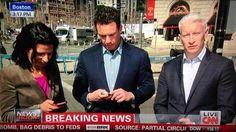 Och samtidigt borta på CNN. I livesändning står de och stirrar i mobilerna...