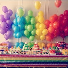 Festa linda, toda colorida, com painel de balões que adoro! Por @cmideias ❤️ #kikidsparty