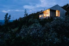 Resting 1,066 meters above sea level, the Ustaoset Cabin takes advantage of the stunning landscapes Norway has to offer. The home takes a minimal approach to the traditional mountain cabin with clean lines and vertical pine cladding, meant to weather...