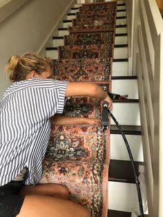 DIY Stair Runner Tutorial house on a sugar hill Haus Dekoration Stairs Makeover Dekoration DIY Haus Hill House Runner stair sugar Tutorial Sugar Hill, Foyers, Staircase Runner, Stair Rug Runner, Open Staircase, Stair Rugs, Spiral Staircases, Stair Railing, Tutorial Diy