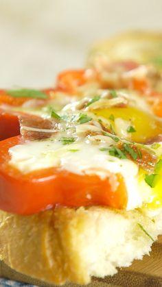 Delicioso pimiento con huevo frito y maón crudo crocante