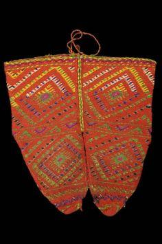 Chaussettes en laine tricotée rouge à motifs géométriques multicolores - Albanie. Dépôt du Muséum national d'histoire naturelle au Mucem