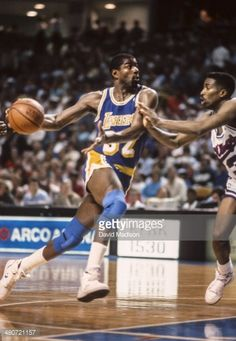 Fotografia de notícias : Magic Johnson of the Los Angeles Lakers drives to...
