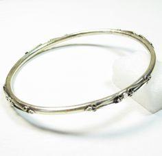 ce bijou indien est un bracelet jonc en argent cisel avec. Black Bedroom Furniture Sets. Home Design Ideas