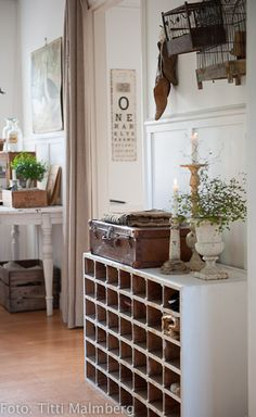 hall with open slot cabinet for storage Farmhouse Chic, Vintage Farmhouse, Farmhouse Table, Design Apartment, Home And Deco, Home Interior, Country Decor, Country Living, Cottage Style