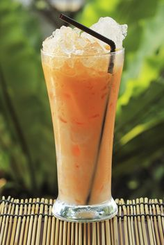 With cinnamon and creamy condensed milk, this rich and refreshing thai style iced tea is a one-way ticket to a bustling Thai market. Iced Tea Recipes, Thai Recipes, Drink Recipes, Clean Eating Desserts, Eating Healthy, Davids Tea, Healthy Snacks For Kids, Healthy Breakfasts, No Calorie Snacks