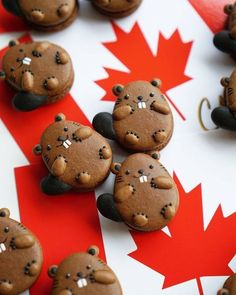 Canada is turning 150 years old soon, so I made these obligatory Canada Day beaver macarons! Any How I Met Your Mother… Macarons, Macaron Cookies, Cute Desserts, Dessert Recipes, Cute Food, Yummy Food, Tasty, Canada Day Party, Creative Wedding Cakes