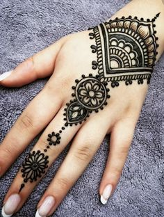 What is a Henna Tattoo? Henna tattoos are becoming very popular, but what precisely are they? Henna Tattoo Hand, Henna Tattoo Designs, Et Tattoo, Mehndi Art Designs, Latest Mehndi Designs, Simple Mehndi Designs, Mehndi Designs For Hands, Henna Mehndi, Henna Art