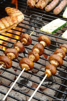 Bij een barbecue draait het natuurlijk voornamelijk om vlees. Maar wist je dat het ook heel lekker (en makkelijk) is om groenten op de barbecue klaar te
