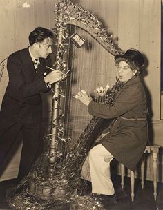 La respuesta no se hizo esperar y unos días después Salvador Dalí viajó a EE.UU junto a su esposa Gala. Allí se reunió con el actor, y como muestra de admiración, le regaló un original arpa hecho de cucharillas y cuerdas  de alambre de espino. Ambos posaron para la prensa junto al instrumento tras su primer encuentro.
