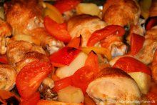 Hühnerkeulen und geröstetes Gemüse aus dem Ofen