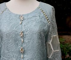 Sleeves Designs For Dresses, Neck Designs For Suits, Dress Neck Designs, Necklines For Dresses, Stylish Dresses For Girls, Stylish Clothes For Women, Pakistani Fashion Casual, Pakistani Dress Design, Frock Fashion