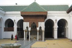 Labibliothèque Al Quaraouiyine, située à Fès au Maroc, fait partie de ces joyaux patrimoniaux: fondée entre 859 et 877 apr. J.-C., selon les sources, elle fait partie d'un ensemble comprenant une mosquée et une université. Fatima El-Fihriya, surnommée Oum al Banine, originaire de Tunisie, a créé ce complexe avec sa fortune personnelle: décédée en 880, elle suscite un immense respect à Fès, qui abrite de fait une des universités les plus anciennes du monde.