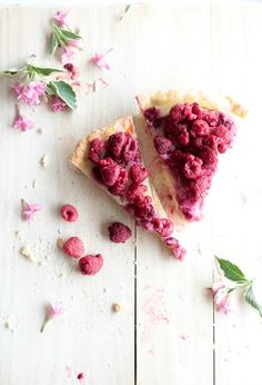 raspberry tart, can feel it's very delicious. Seduce me want to eat it. Delicious Desserts, Dessert Recipes, Yummy Food, Fruit Dessert, Bon Appetit, Raspberry Tarts, I Love Food, Sweet Recipes, Food Photography