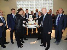 Il taglio della torta inaugurale della 40esima MOMA alla presenza di tutte le autorità. In prima fila il presidente nazionale di Confartigianato Imprese Giorgio Merletti e la presidente del Comitato 40^ MOMA Ilaria Bonacina