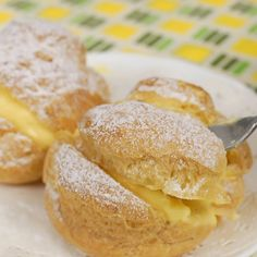 Cream Puffs with Exquisite Custard Filling Recipe (Crispy Choux Créme with Pastry Cream) Everyone loves Cream Puffs!🍰😋💗 The fresh choux pastries are light and crispy and the inner cream is exquisite. Definitely give it a try❣️ Just Desserts, Delicious Desserts, Yummy Food, Hawaiian Dessert Recipes, Gourmet Desserts, Plated Desserts, Custard Filling, Filling Recipe, Custard Cream Puffs Recipe