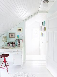 white & bright spot (via Kotivinkki) (my ideal home. White Desks, White Rooms, Desk Areas, Lounge Areas, Workspace Inspiration, Interior Inspiration, Style At Home, Home Office, Corner Office