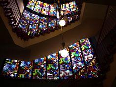 Glas-in-lood ramen in het trappenhuis  RO/EZ Groningen. Gebouw in de stijl van de Amsterdamse school van architect S.J. Bouma. Stained glass at monumental building, architect S.J. Bouma, 1928. RO/EZ Groningen, The Netherlands