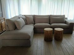 De bank Ava in combinatie met stoere boomstamtafeltjes. www.molitli-interieurmakers.nl