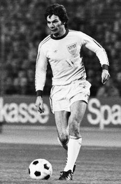 Hermann Ohlicher machte in der Abstiegssaison 1974/75 alle 34 Saisonspiele für den VfB. Dem damals 24-jährigen Stürmer gelangen sogar 17 Tore, mit denen er in der Torjägerliste hinter Jupp Heynckes (Gladbach), Dieter (Köln) und Gerd Müller (Bayern), Roland Sandberg (Lautern), Manni Burgsmüller (Essen) und Allan Simonsen (Gladbach) auf Platz sieben landete - doch auch Ohlichers Buden bewahrten den VfB nicht vor dem Abstieg. Hier die weiteren VfB-Spieler der Saison 1974/75: Foto: Pressefoto…
