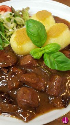 Kaninchen-Ragout mit Trockenobst im Rotweinsud