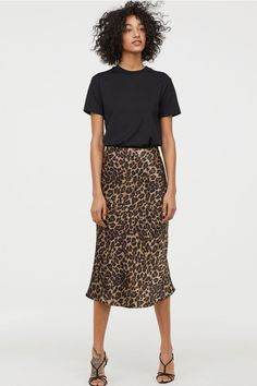 Black t-shirt+leopard print midi skirt+black heeled sandals. Midi Rock Outfit, Leopard Skirt Outfit, Midi Skirt Outfit, Leopard Print Skirt, Animal Print Skirt, Skirt Outfits, Denim Outfits, Cute Summer Outfits, Fall Outfits