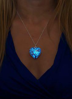 Blue Glow collier - cadeau Saint Valentin - cadeau de copine - quelque chose bleu - bijoux lumineux - Glow in the Dark Jewelry - cadeaux pour elle