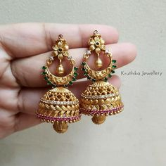 Check out this pretty light weight matte jhumkas by the brand Kruthika Jewellery. Gold Jhumka Earrings, Indian Jewelry Earrings, Indian Jewelry Sets, Gold Bridal Earrings, Gold Choker Necklace, Gold Mangalsutra Designs, Gold Earrings Designs, Gold Jewellery Design, Jhumka Designs