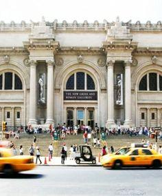 ¿LIBROS DE ARTE GRATIS?Una gran noticia para los amantes del arte: el Metropolitan Museum of Art de Nueva York pone a disposición de todos nosotros sus cincuenta años de publicaciones sobre historia y crítica de arte, además de muchos de sus catálogos. Siguiendo el link llegarás a la página en la que puedes descargar todos esos tesoros de manera totalmente gratuita. Un auténtico regalo que no puedes rechazar.  http://www.metmuseum.org/research/metpublications/all-available-titles