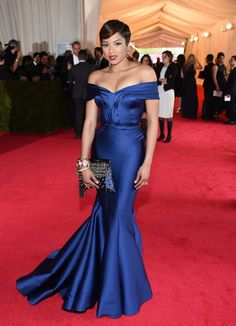 This gown by Zac Posen looks immaculate. Alicia Quarles c'mon on down. The gown is stunning from head to toe; it makes her body look like it was poured into it. The decolletage, hair, earrings, clutch and incredible colour are amazeballs.