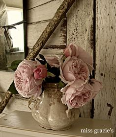 so pretty shabby chic flowers. Rose Cottage, Shabby Chic Cottage, Vintage Shabby Chic, Shabby Chic Style, Deco Floral, Arte Floral, Deco Rose, Cabbage Roses, Love Rose