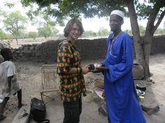 Ousseni qui m'offre des œufs...technique de drague peulh, à Dantiera, Burkina Faso 2012