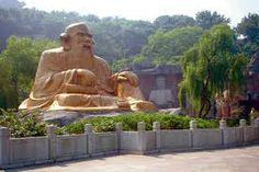 Embora filósofos já tivessem escrito antes sobre o Tao, foi com o filósofo chinês Lao Tsé que a filosofia do taoísmo realmente começou.