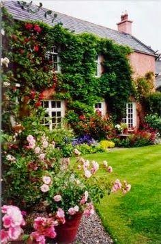 Rose Gardening English cottage with rose garden Mais Cottage Rose, Garden Cottage, Cottage Style, Fairytale Cottage, Romantic Cottage, Beautiful Gardens, Beautiful Homes, Simply Beautiful, Timy Houses